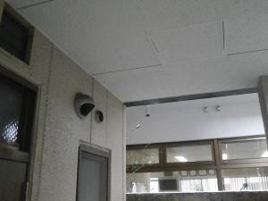 施設エントランスの防犯カメラ