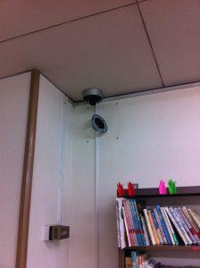 幼稚園の遊戯室の防犯カメラ